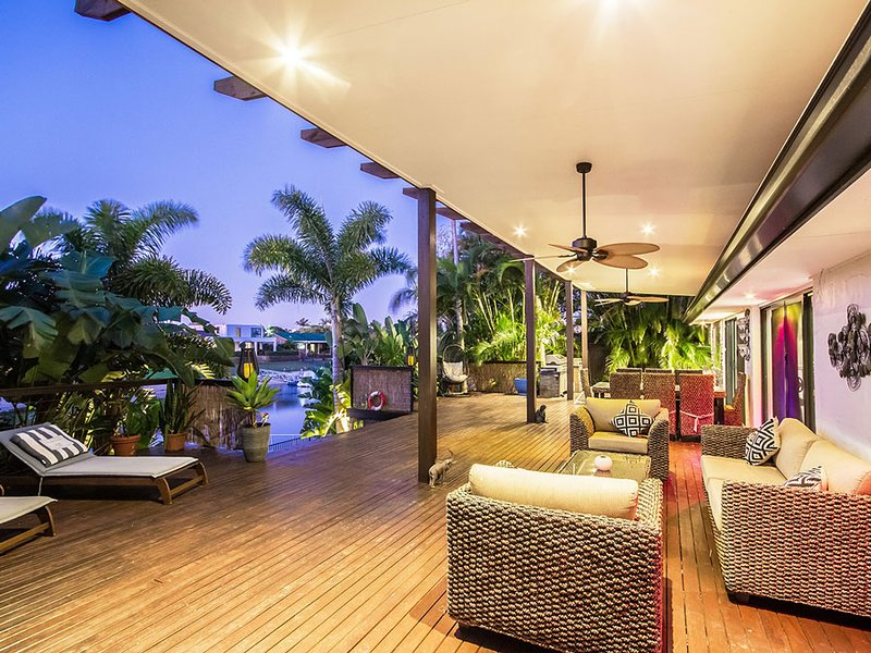VOGUE HOLIDAY HOLIDAY HOMES - TRANQUILITY COVE  (TROPICAL PARADISE WITH VIEWS), vacation rental in Burleigh Waters