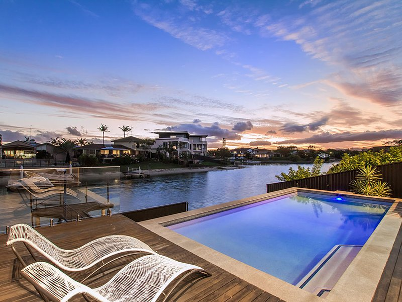VOGUE HOLIDAY HOMES - COOBOWIE BAY (STYLISH / HEATED POOL / WATER VIEWS), vacation rental in Burleigh Waters