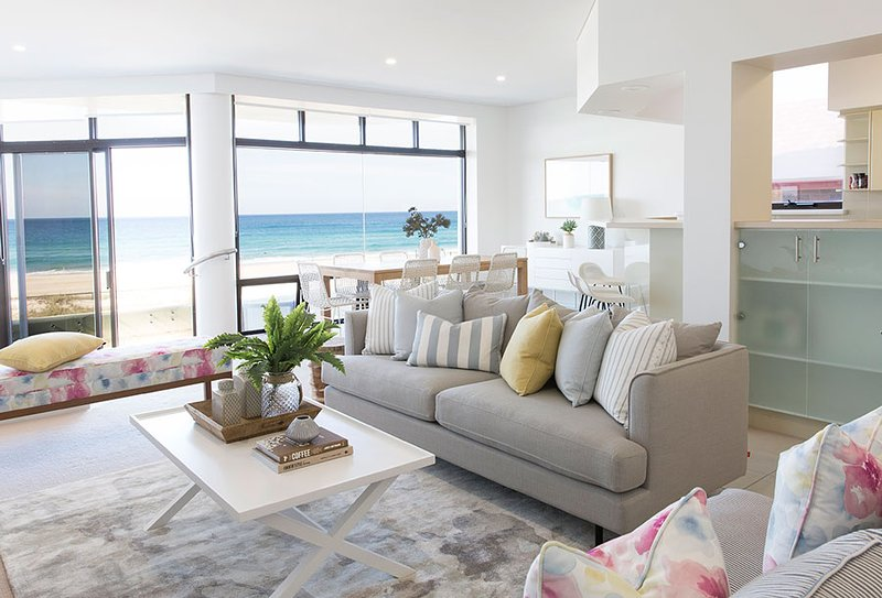 VOGUE HOLIDAY HOMES - TALLEBUDGERA BEACH HOUSE (HEATED POOL / LIFT / BEACHFRONT), vacation rental in Tallebudgera