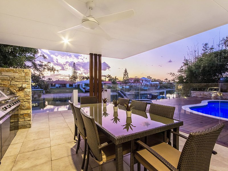 VOGUE HOLIDAY HOMES - THE SANDS   (SPACIOUS / HEATED POOL / JACUZZI), vacation rental in Burleigh Waters
