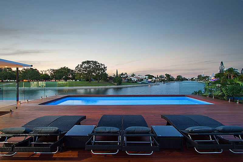 VOGUE HOLIDAY HOMES - WHITEHAVEN (LUXURIOUS / VIEWS / HEATED POOL), vacation rental in Burleigh Waters