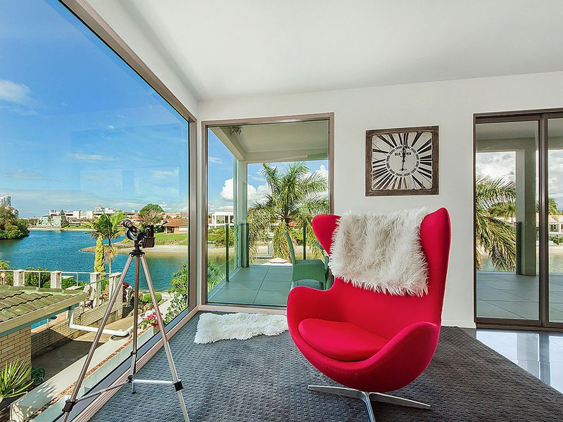 VOGUE HOLIDAY HOMES - RIVIERA WATERS  (LUXURIOUS / POOL / JACUZZI / JETTY), vacation rental in Burleigh Waters