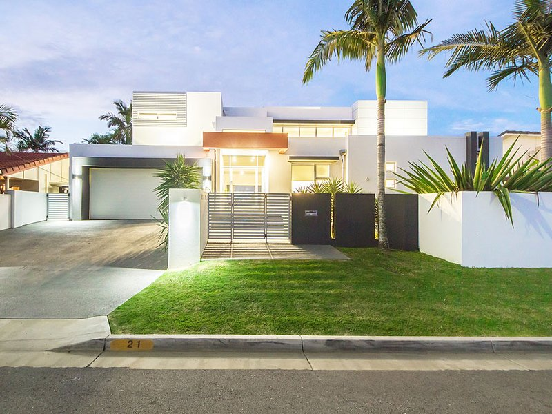 VOGUE HOLIDAY HOMES - THE GRAND  (LUXURY / VIEWS / HEATED SWIMMING POOL), vacation rental in Burleigh Waters