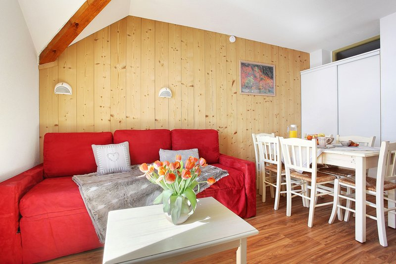 The 410 sq. ft. Apartment offers charming and comfortable accommodation for groups or families.