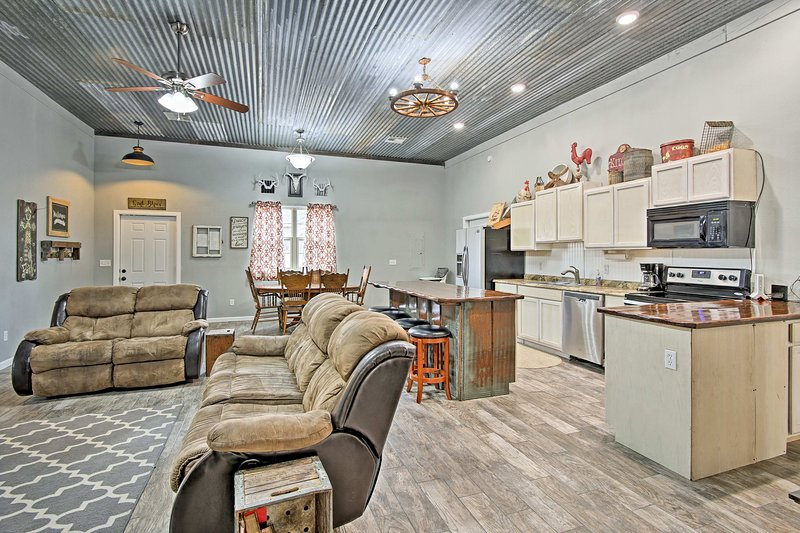 Convenient Family-Friendly Home - 20 Min to Tulsa!, vacation rental in Claremore