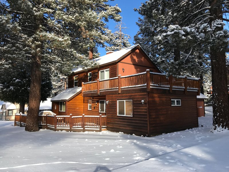 Angel Bear Cabin in the Snow- park your car & walk, only 2 blocks from Ski Slopes!