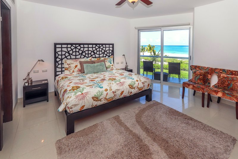 Gäste-Suite 1 mit Kingsize-Bett und Meerblick