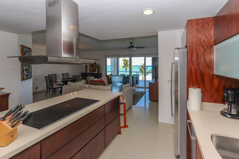 Küche mit Theke und Meerblick