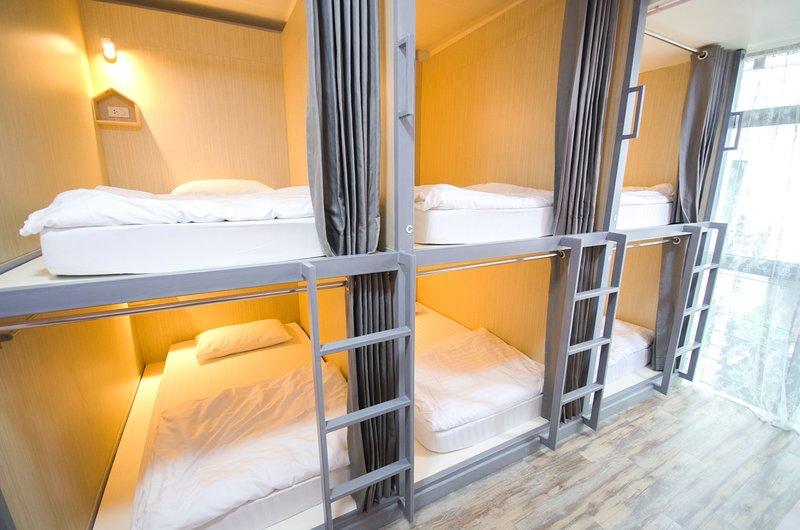 esta sala puede ocupada para 8 personas. es agradable para el viajero de grupo o solo viajero para reunirse con amigos.