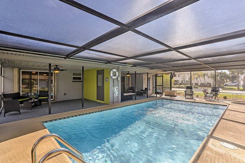 Détendez-vous au bord de cette piscine commune chauffée à l'énergie solaire à Cape Coral!
