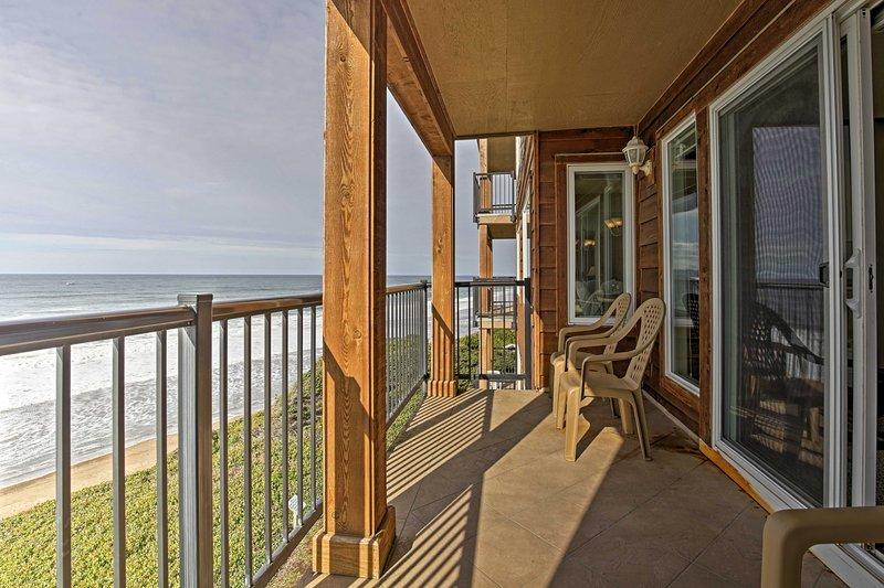 2BR Lincoln City Condo w/Patio & Ocean Views!, aluguéis de temporada em Lincoln Beach