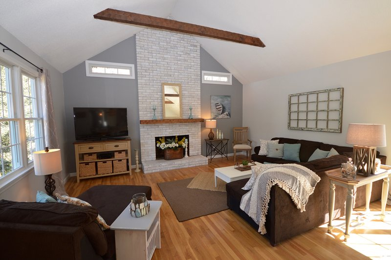 Vaulted ceilings in living/dining area