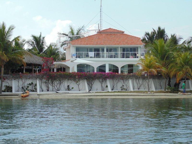 Villa dunas, casa en primera línea del mar con playa y muelles privados. Dunas, holiday rental in Peravia Province