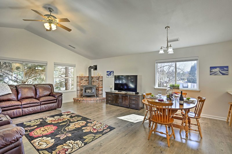 Cozy Home w/Fireplace 11 Mi. to Mt Shasta Ski Park, vacation rental in McCloud