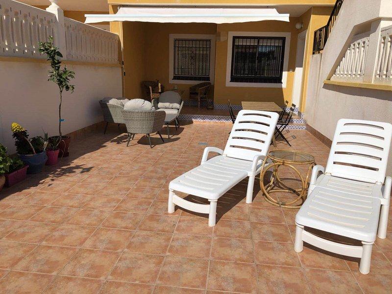 BUNGALOW CON TERRAZA 50M2,300M A LA PLAYA, location de vacances à El Altet