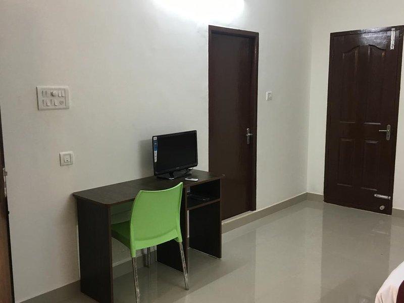 Sun Shine Hotel Unit 402, vacation rental in Muttukadu