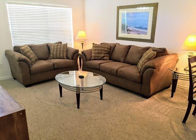 Salon avec canapé et causeuse