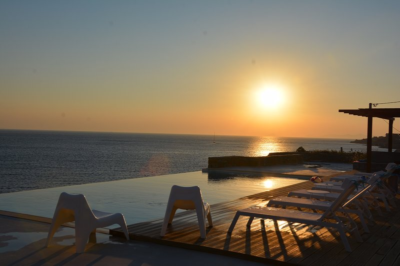 Two waterfront villas with infinity pool, holiday rental in Kampi