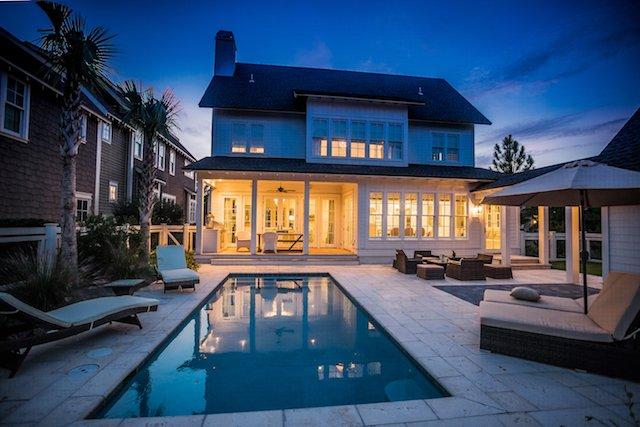 La casa bellamente iluminada durante el atardecer
