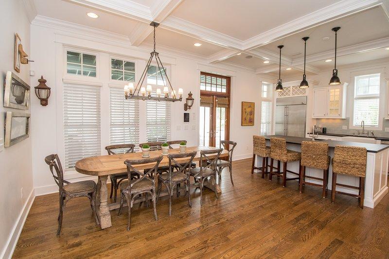 Beach Music Cottage est une belle maison à aire ouverte avec beaucoup d'espace de rassemblement dans la cuisine et la salle à manger
