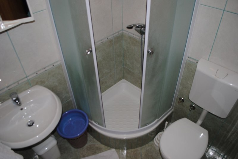 A8(2+1): bathroom with toilet