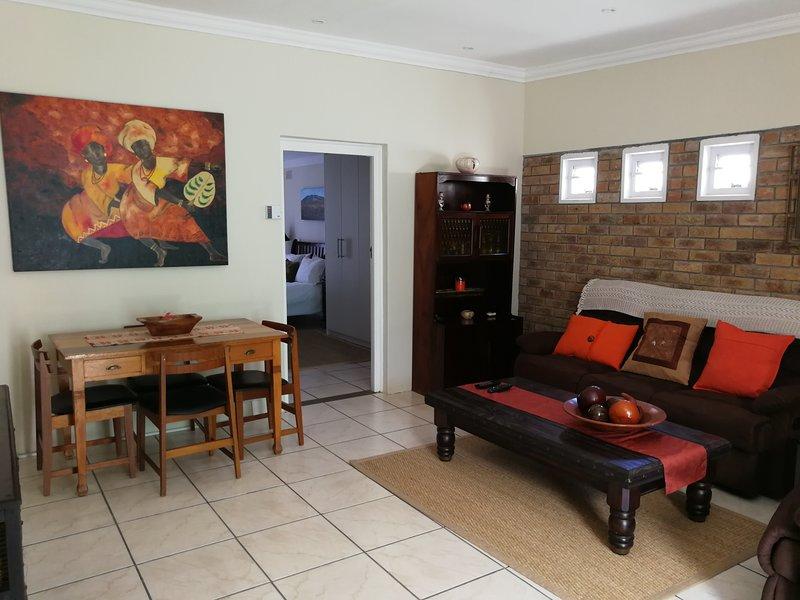 Salón mostrando puerta que conduce al dormitorio.
