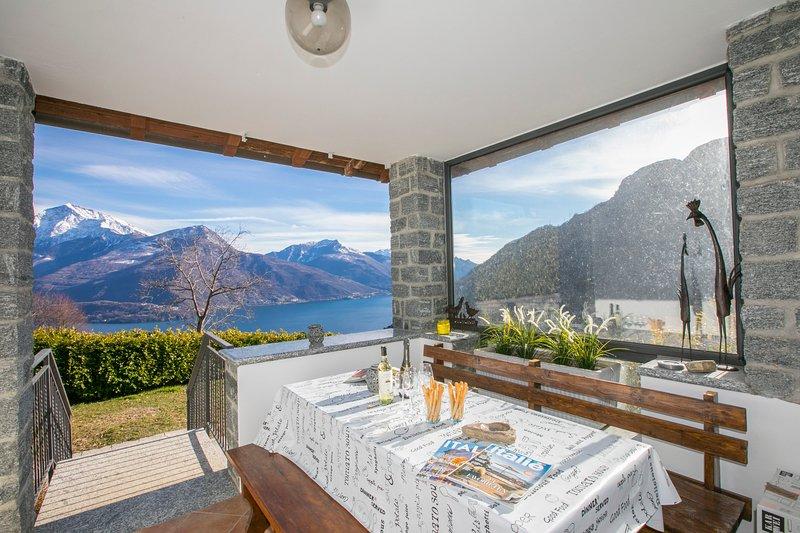 Villa Terrasse mit Essbereich und atemberaubender Aussicht auf den See