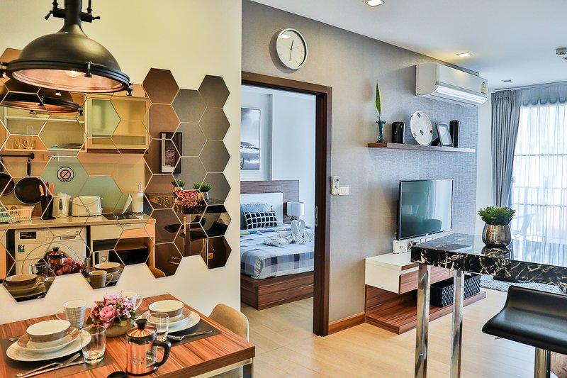 Modern 56 SQM 1BR Apartment City Center next to Night Bazaar, vacation rental in Haiya