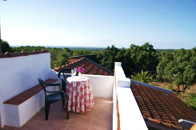 Nice house with sea view & terrace, holiday rental in Grandola