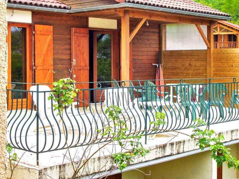 Nice chalet with terrace & Wifi, holiday rental in Roumegoux