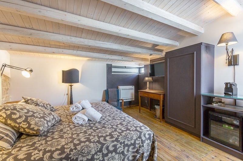 Magnifico attico luminoso al centro di Comiso, holiday rental in Pedalino