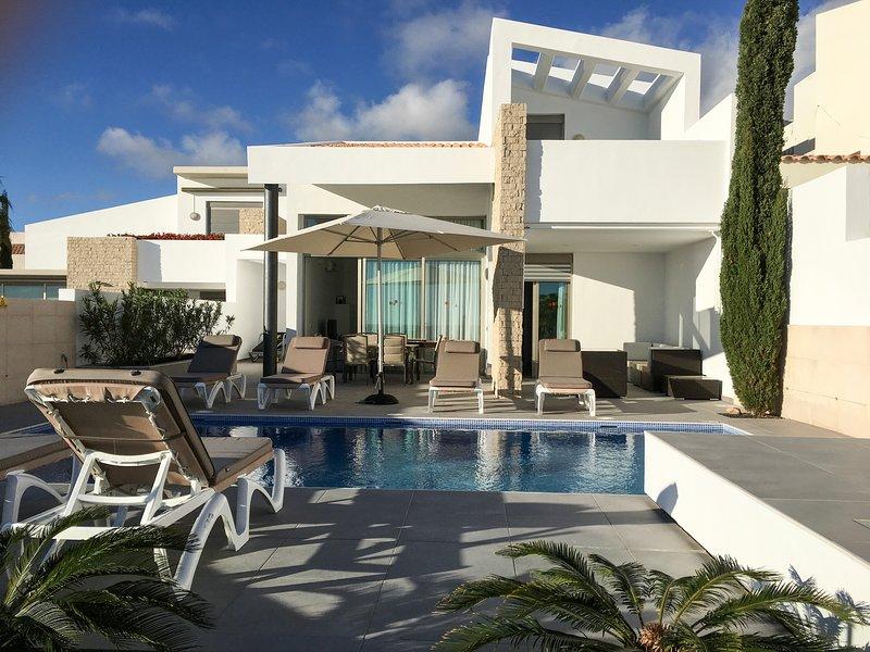 terraza exterior y piscina al mediodía