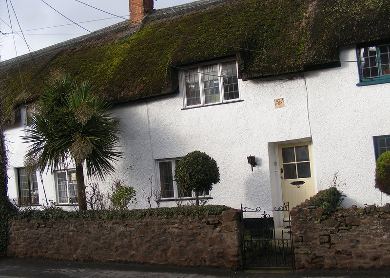 Unique, cosy holiday thatched cottage, over 400 years old, Grade II listed., holiday rental in Kilve