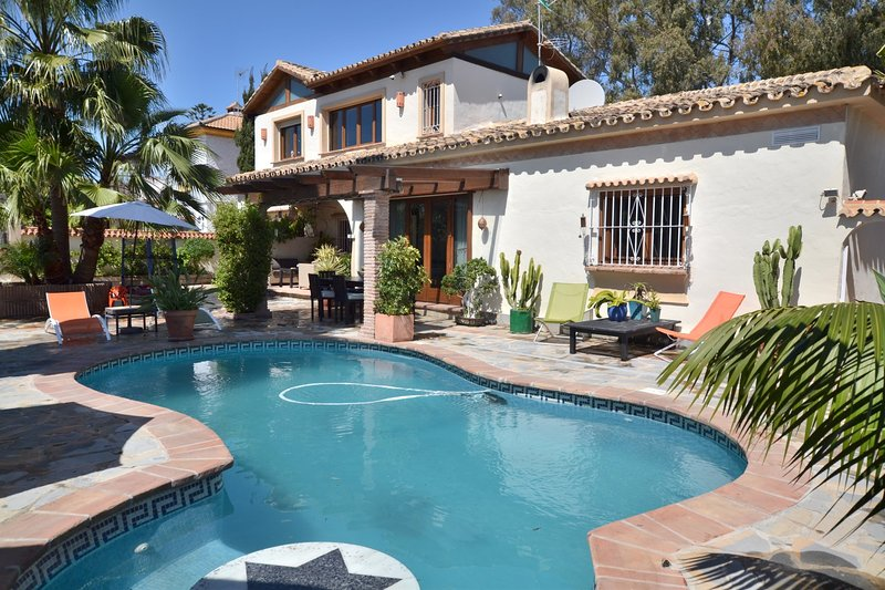 Big house with swimming-pool & Wifi, holiday rental in Urb. Villas de Costalita