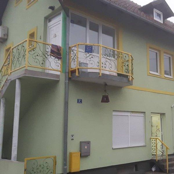 Nice house with balcony & Wifi, casa vacanza a Hrvatski Leskovac