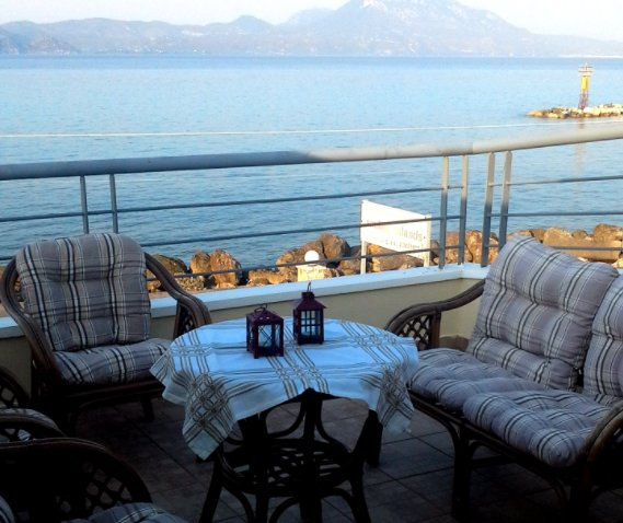 Beautiful apartment with sea view, location de vacances à Kato Assos