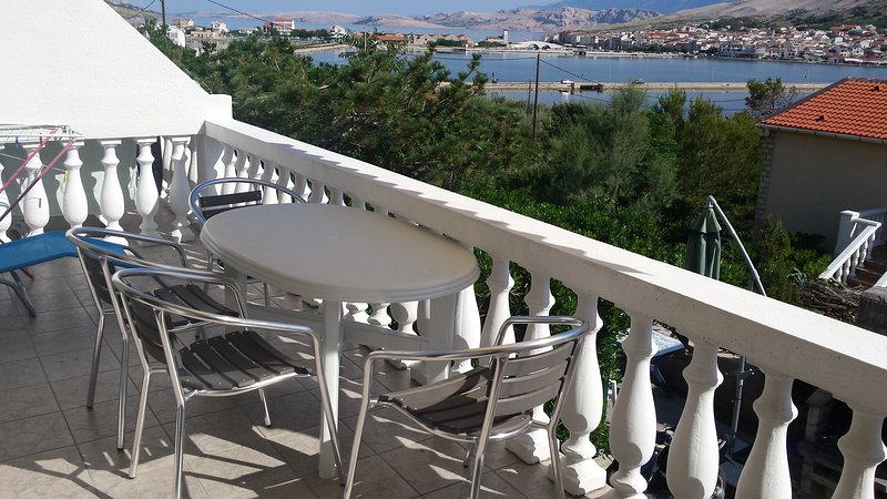 Nice apartment with sea view & Wifi, holiday rental in Pag
