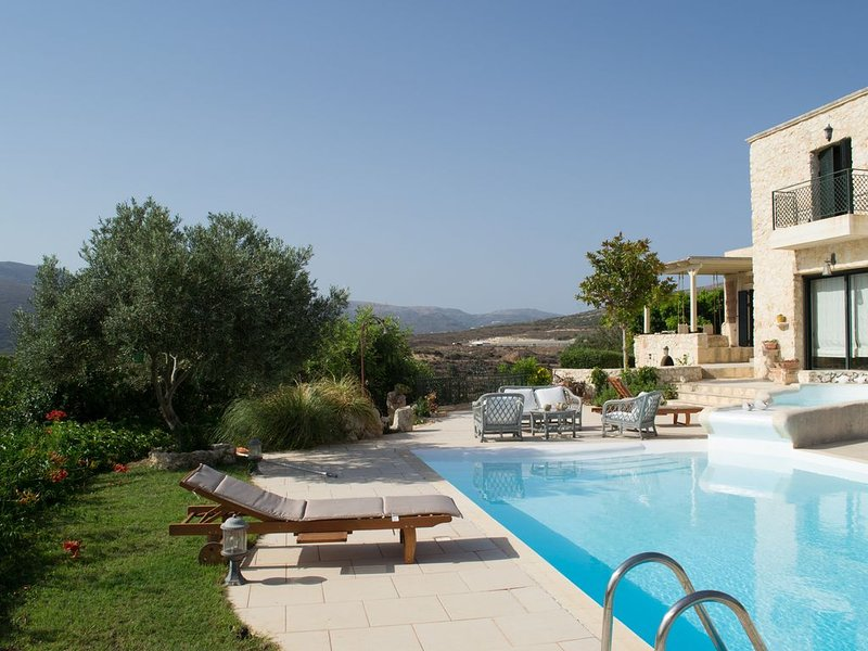 Olive House Traditional Villa with Private Pools, location de vacances à Siteia