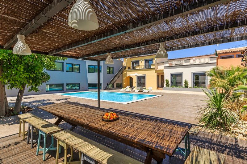 Spacious villa with shared pool, holiday rental in Quelfes