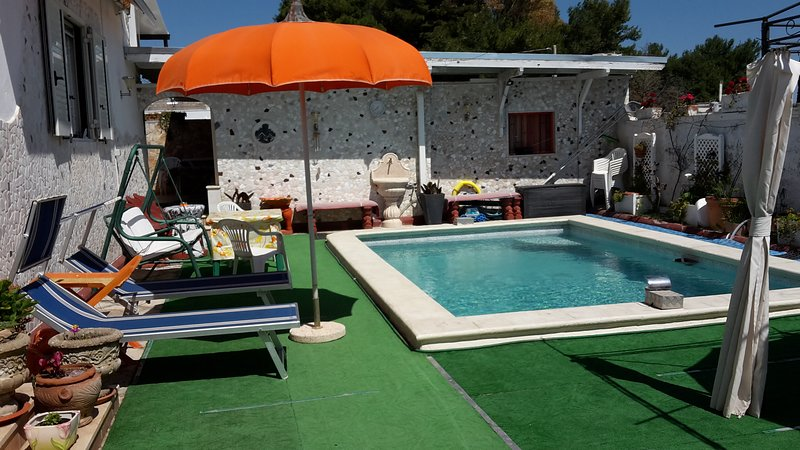 Nice house with shared pool & Wifi, casa vacanza a Leverano
