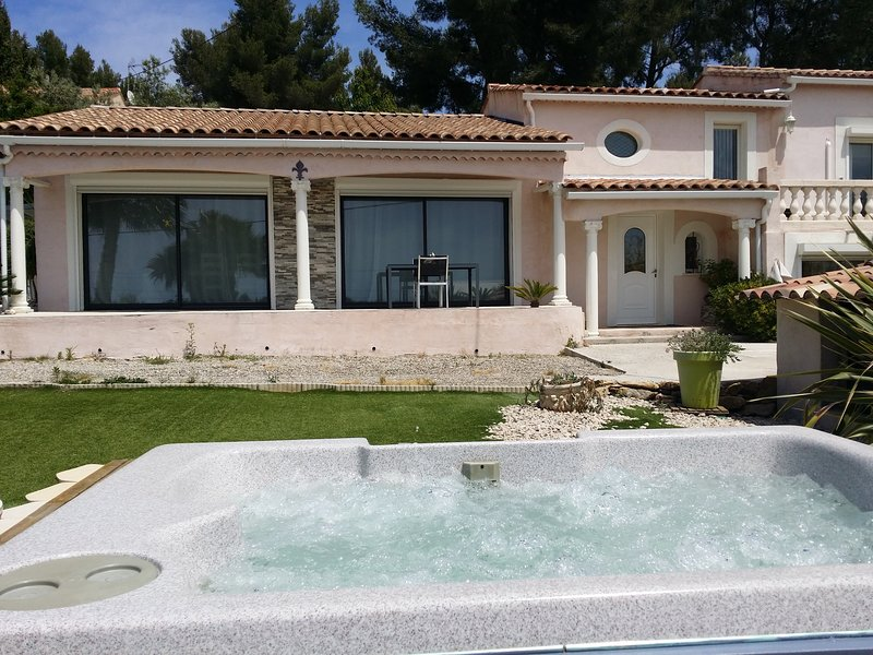 Nice house with sea view & terrace, vacation rental in Cuges-les-Pins