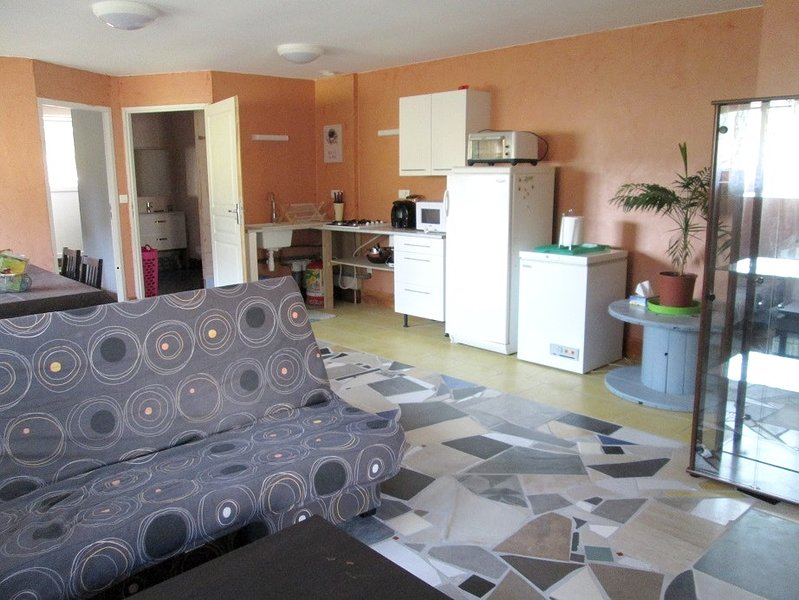 Nice apt with shared pool & terrace, location de vacances à Recologne