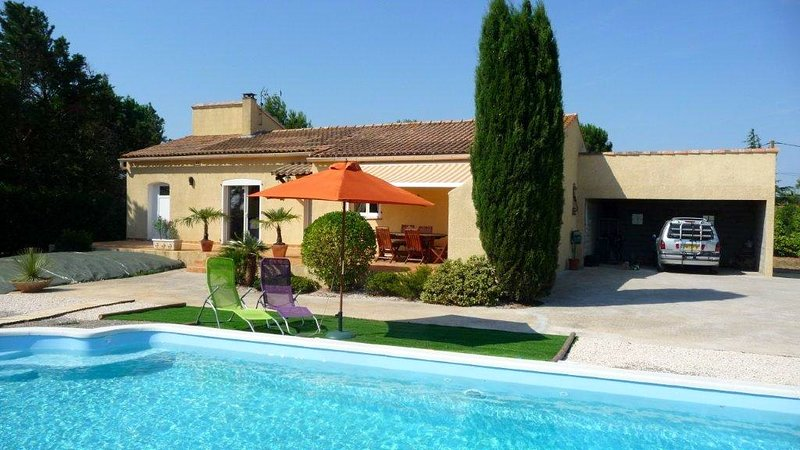 Spacious house with swimming-pool, location de vacances à Ouveillan
