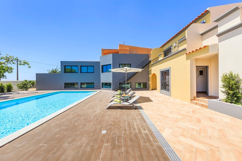 Spacious house with shared pool, holiday rental in Quelfes