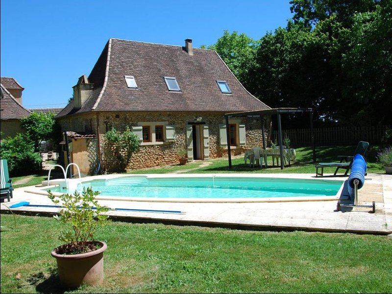 Spacious house with swimming-pool, location de vacances à Cendrieux