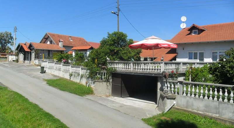 Big house with garden & terrace, holiday rental in Cazma