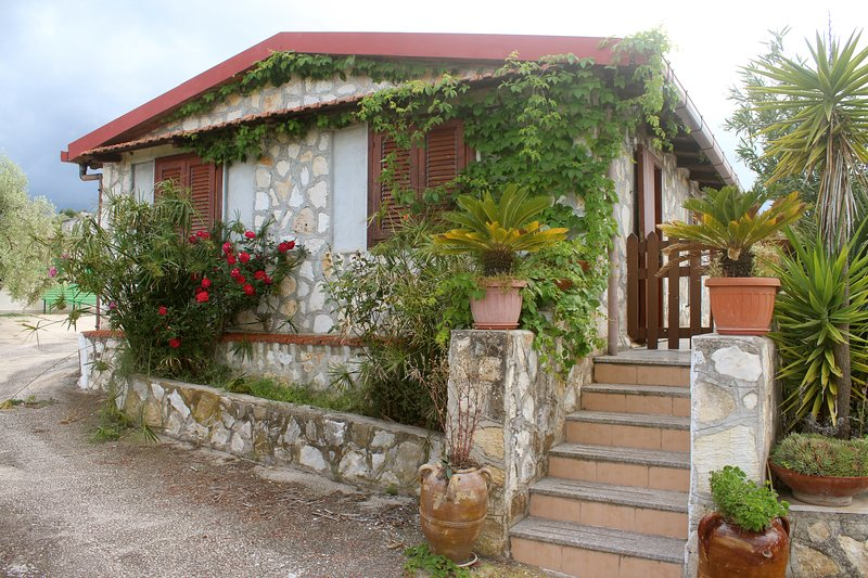Nice apt near the beach & terrace, casa vacanza a Spiaggia Scialmarino