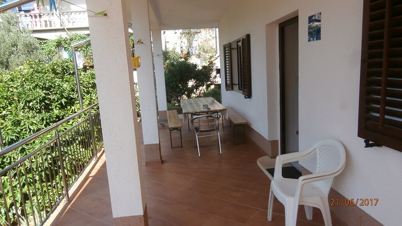 Beautiful apartment with garden, holiday rental in Gdinj