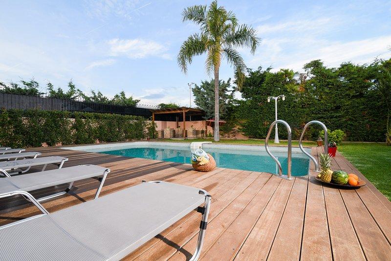 Spacious villa with swimming-pool, alquiler de vacaciones en Koropi