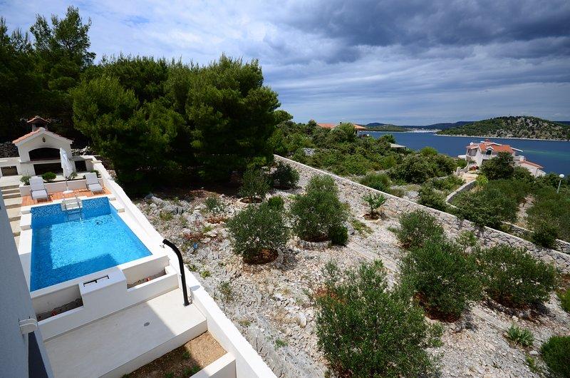 Big villa with swimming-pool & Wifi, location de vacances à Razanj